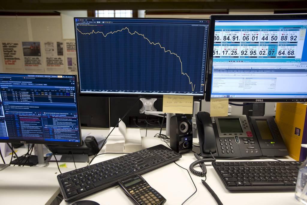 2015-08-24 16:22:57 AMSTERDAM - Een grafiek op het computerscherm van een beursmedewerker toont de daling van de AEX-index. De aandelenbeurs staat zwaar in het rood. De AEX-index raakte alle sinds de jaarwisseling opgebouwde winst kwijt en koerste af op het zwaarste verlies in jaren. Ook elders in Europa werd een ravage aangericht op de aandelenmarkten. ANP EVERT ELZINGA
